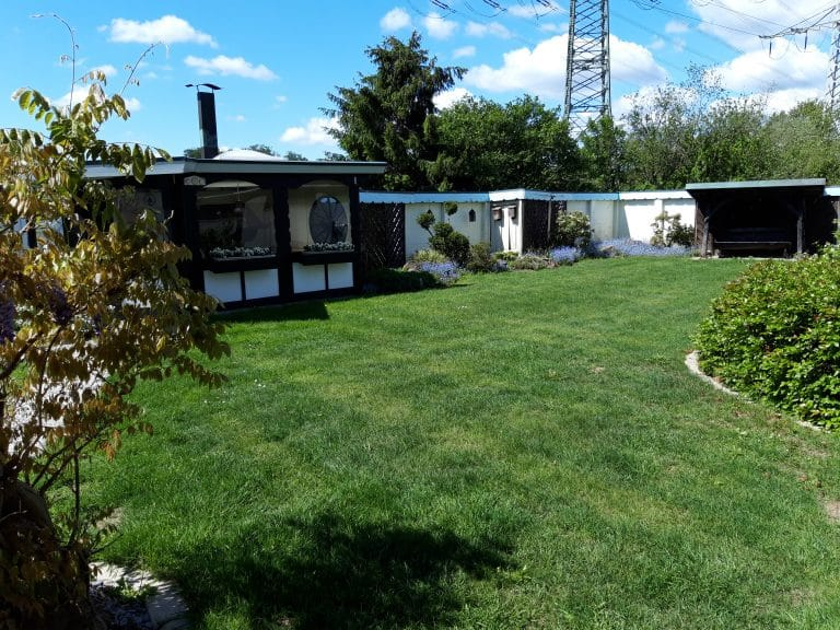 Gartenanlage mit Grill-Hütte